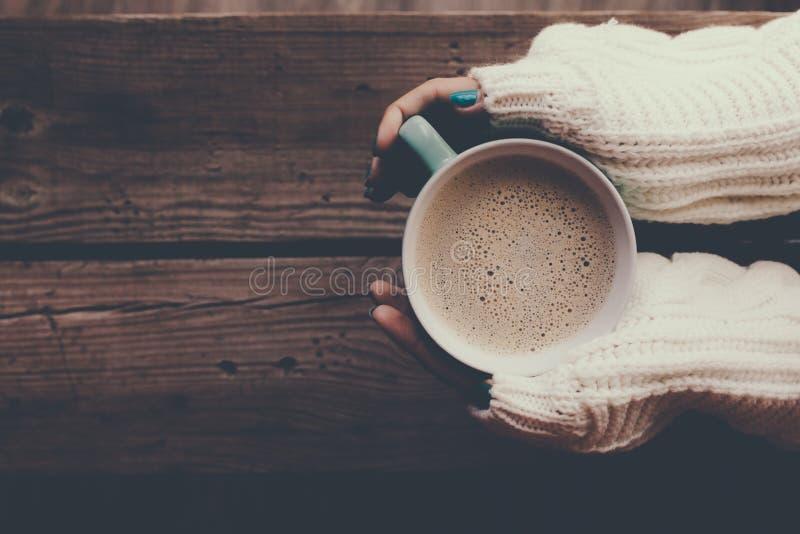 Café chaud au matin froid d'hiver photos stock