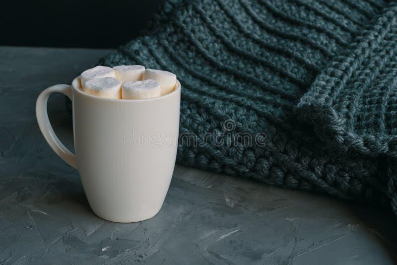 Café chaud avec des guimauves photo stock