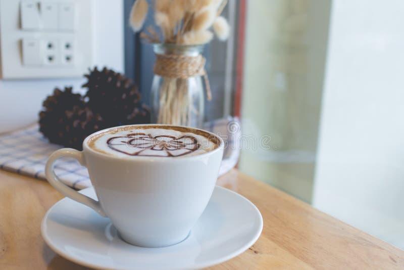 Café chaud dans la coupure d'après-midi photos stock