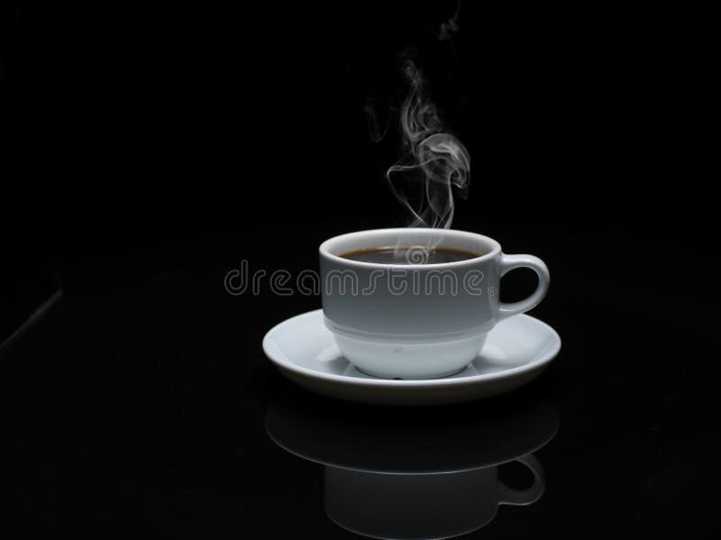 Café chaud dans la cuvette blanche photo libre de droits