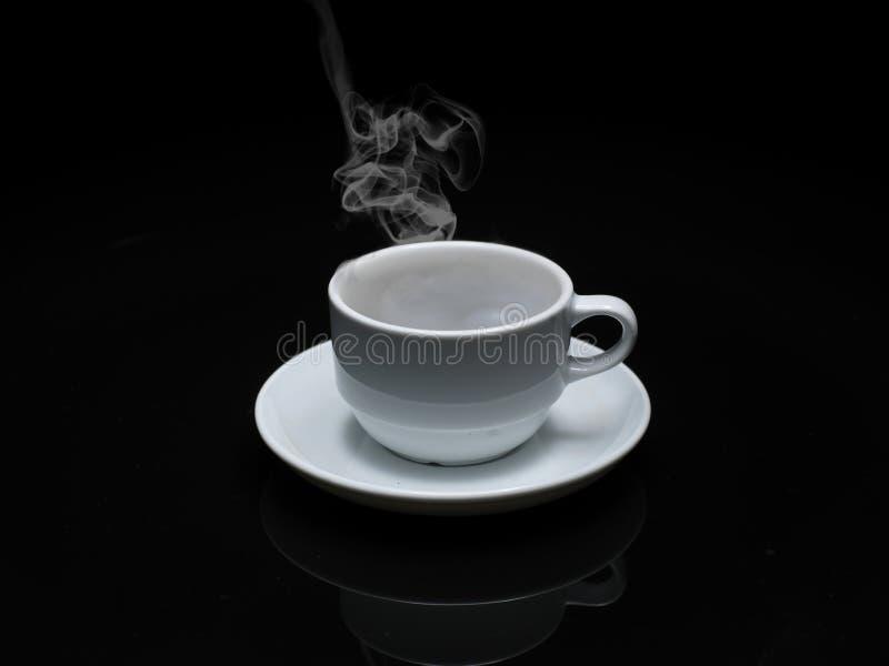 Café chaud dans la cuvette blanche photos stock