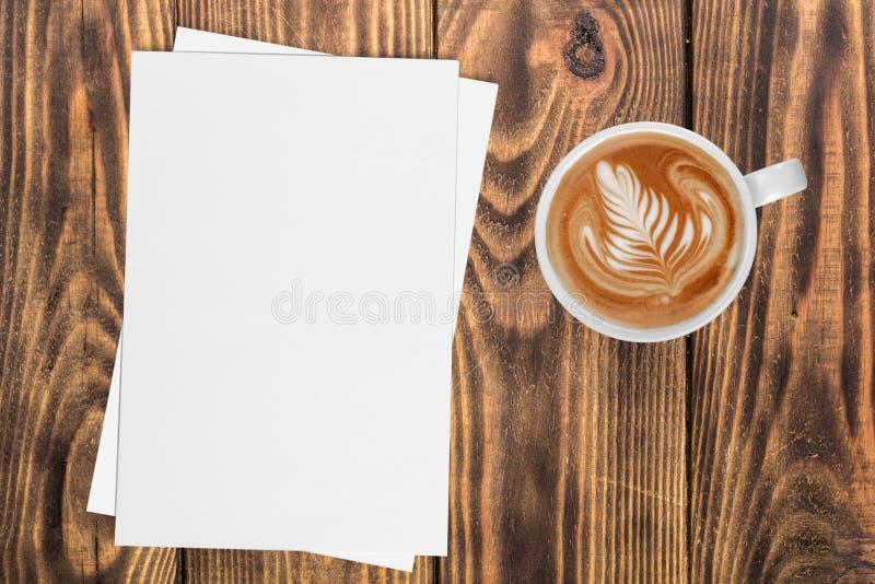 Café chaud dans la tasse avec des papiers sur le fond de table images stock