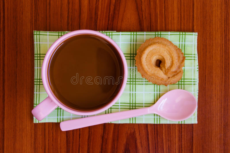 Café chaud dans la tasse rose image stock