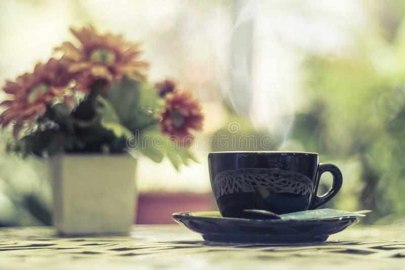 Café chaud dans la tasse sur le fond de matin images stock