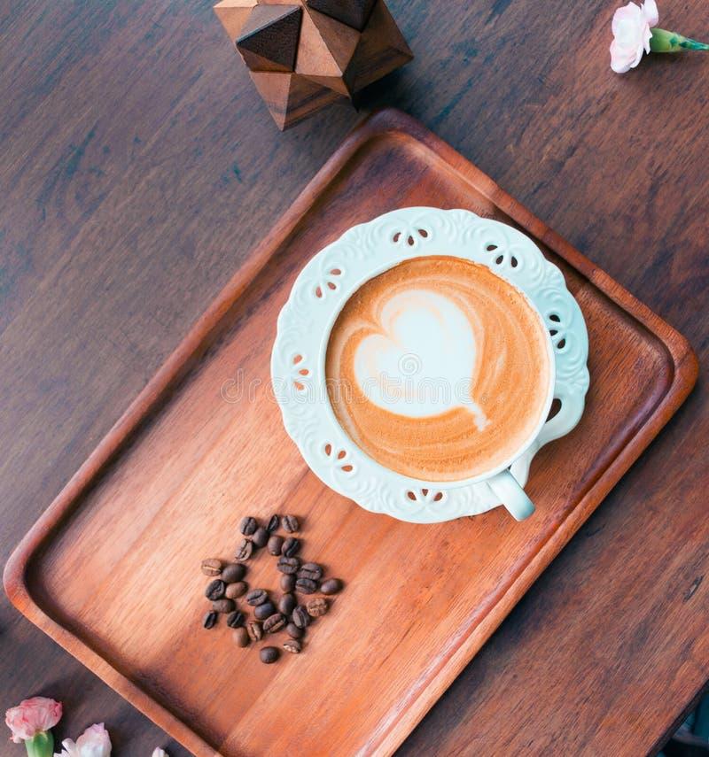 Café chaud dans un tir de café photos stock