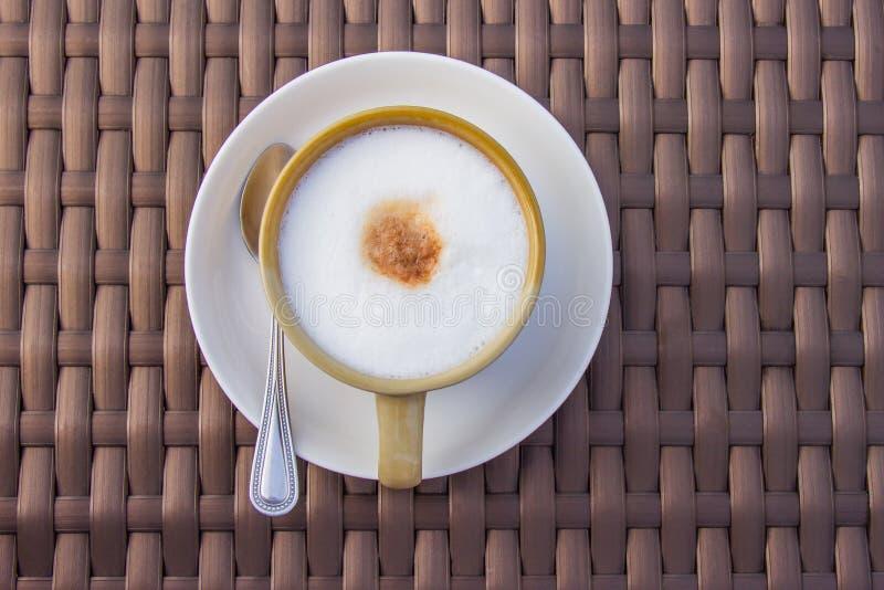 Café chaud de capuchino dans une tasse en céramique sur la table en bois en bambou Vue sup?rieure photo stock