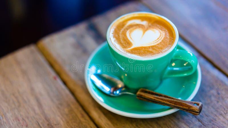 Café chaud de Latte avec la forme de coeur photo stock