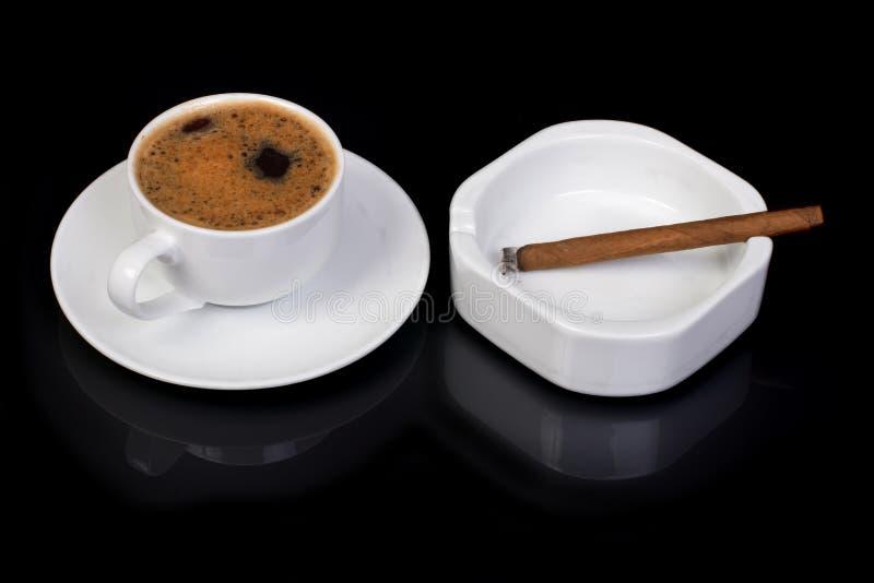 Café chaud et fumage d'un cigare photographie stock