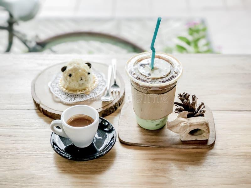 Café chaud et thé glacé avec le gâteau photos libres de droits