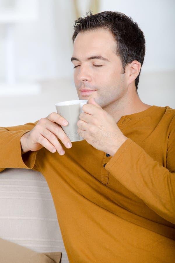 Café chaud savouring d'arome d'homme d'une cinquantaine d'années image stock