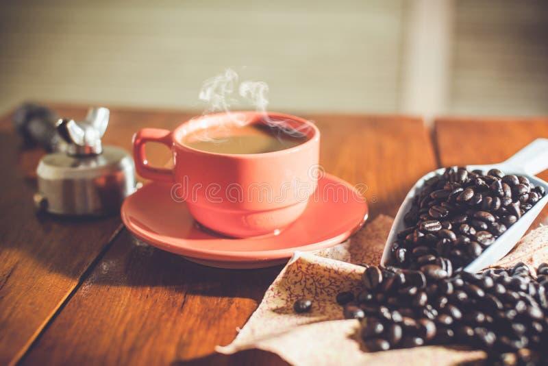 Café chaud sur le travail de bureau photographie stock libre de droits