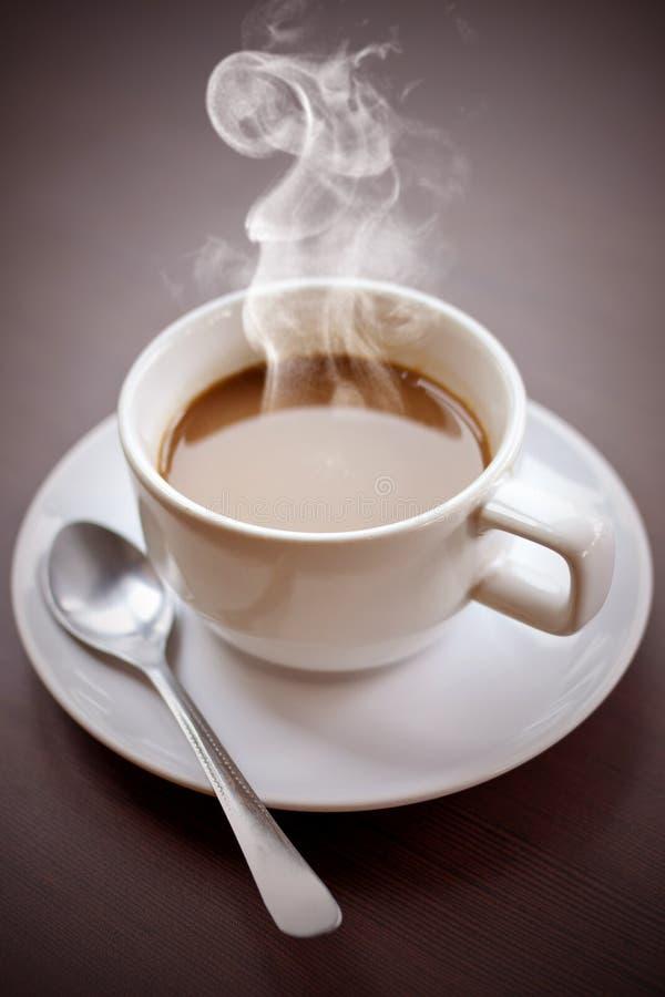 Café chaud sur votre bureau. photographie stock