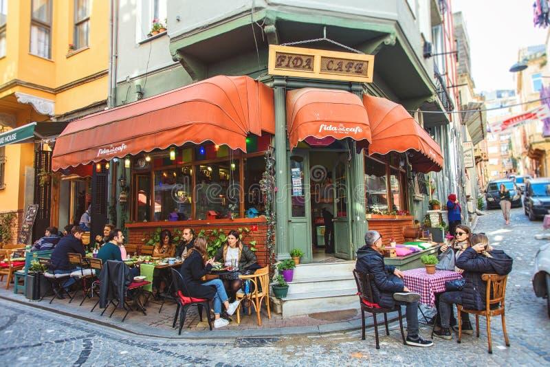 Café colorido en Balat que es una vecindad histórica de Estambul fotos de archivo