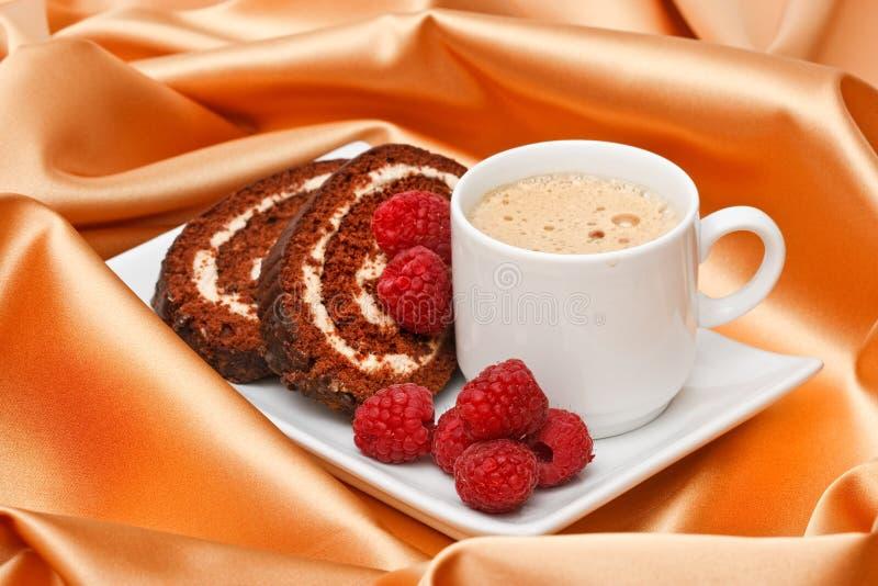 Download Café com bolo e framboesas foto de stock. Imagem de marrom - 12810678