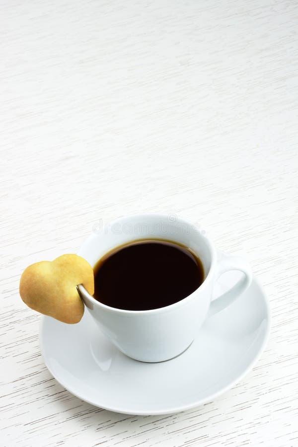 Café com coração da cookie foto de stock