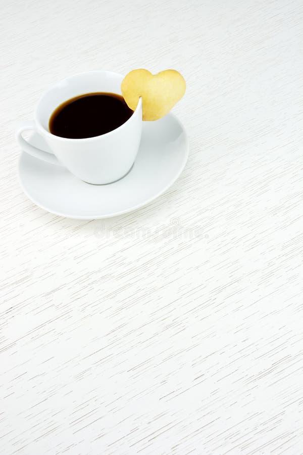Café com coração do biscoito foto de stock royalty free