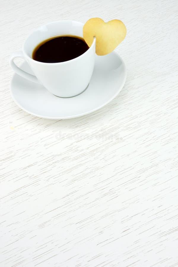 Café com coração do biscoito foto de stock