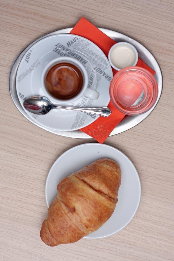 Café com croissant imagem de stock royalty free