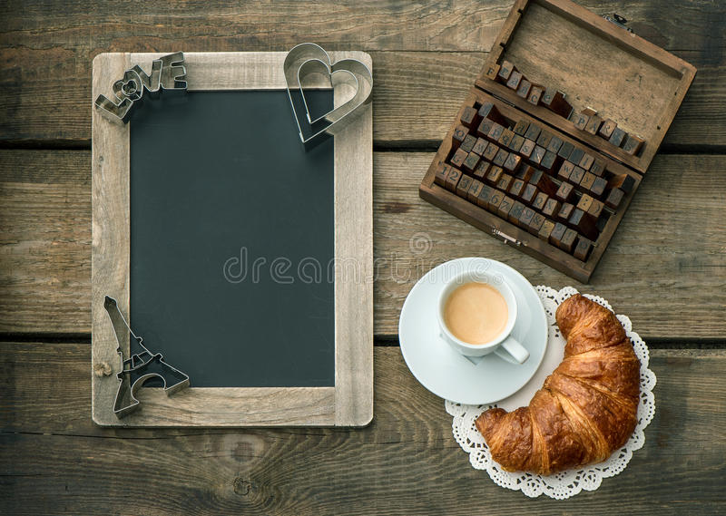 Café com croissant café da manhã romântico do dia de Valentim fotografia de stock royalty free