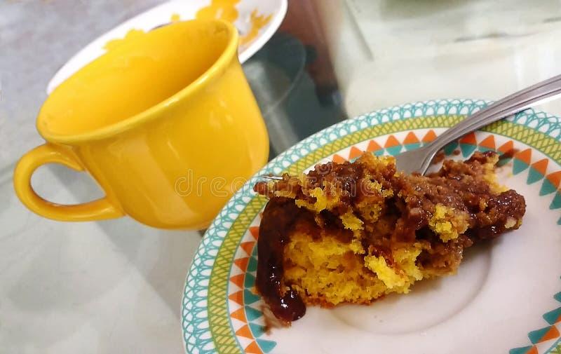 Café com o revestimento do bolo e do chocolate de cenoura imagens de stock