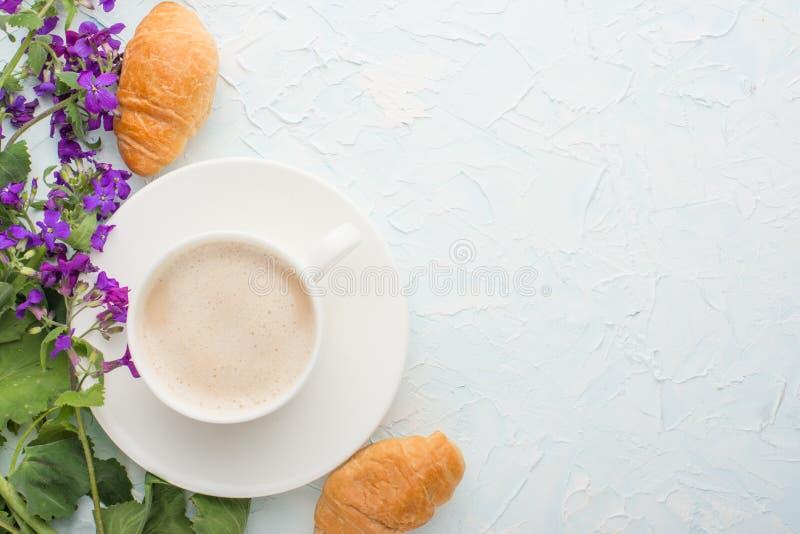 Café com opinião superior das flores e dos croissant, com espaço vazio para etiquetar ou anunciar foto de stock