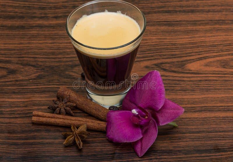 Café com orquídea imagem de stock
