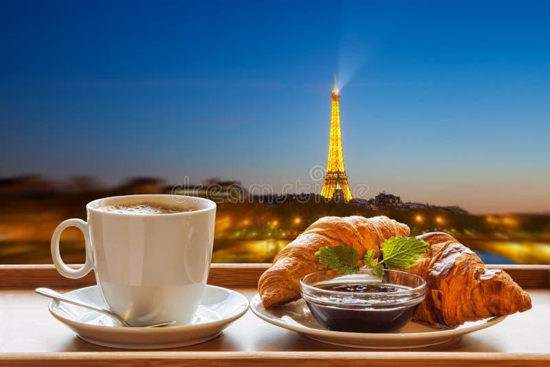 Café com os croissant contra a torre Eiffel em Paris, França fotos de stock