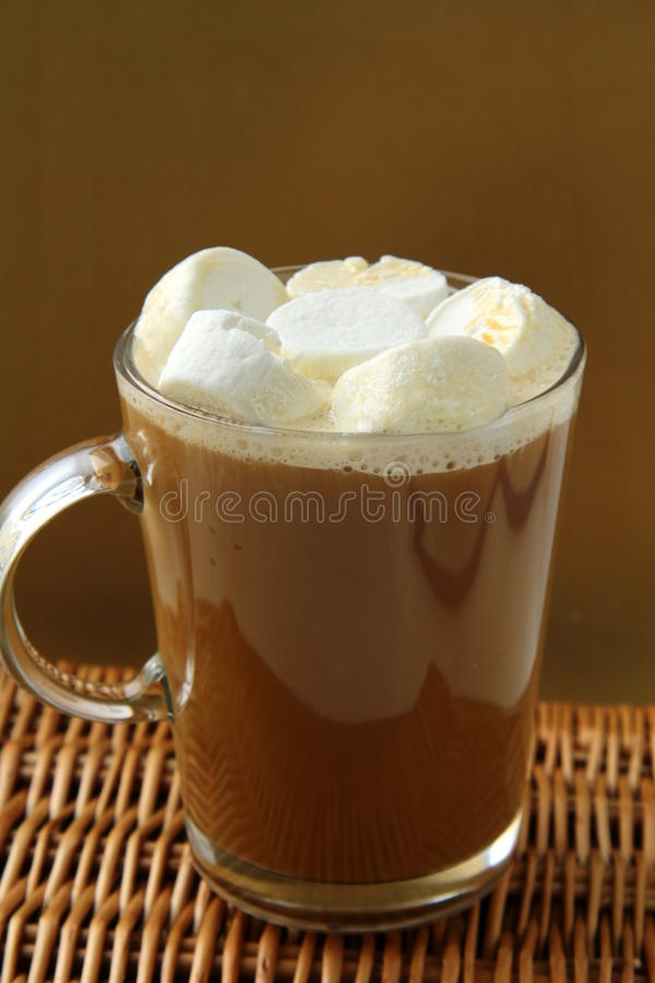 Café com os marshmallows no grande vidro imagens de stock