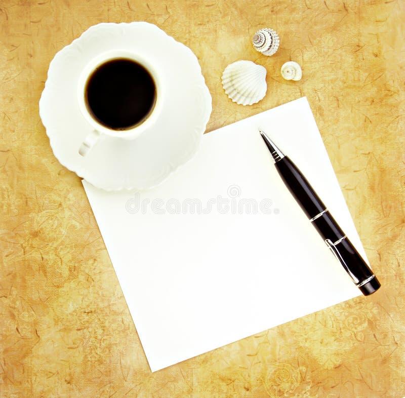 Café com pena e papel em branco imagens de stock
