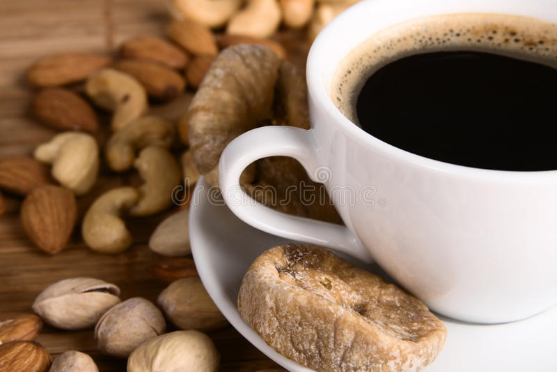 Café com porcas e o figo secado fotografia de stock