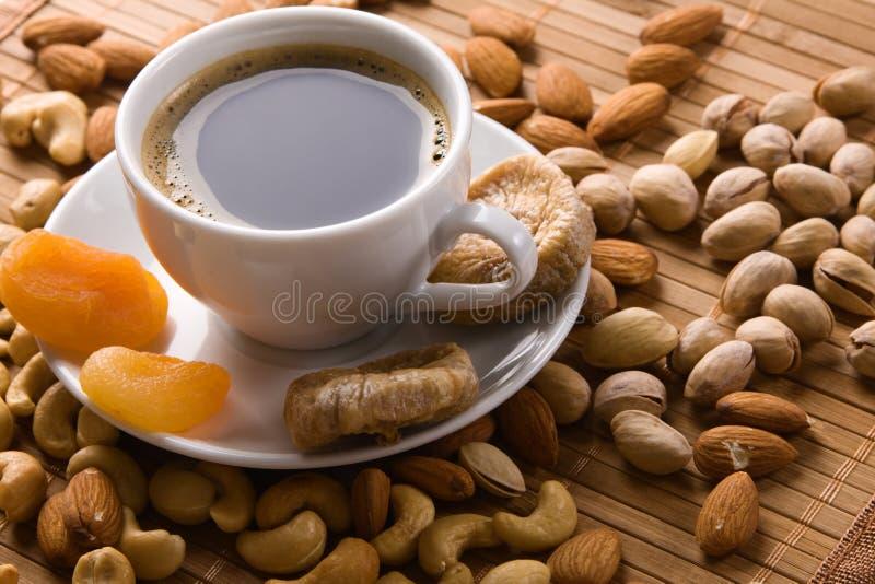 Café com porcas, figo e os alperces secados fotos de stock royalty free