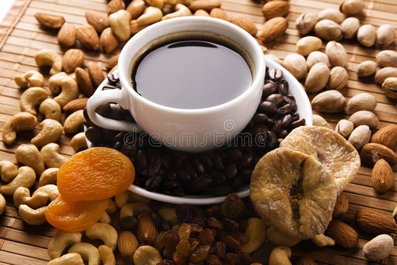 Café com porcas, figo e os alperces secados foto de stock royalty free