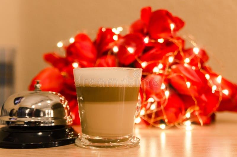 Café com sino de serviço e flores foto de stock