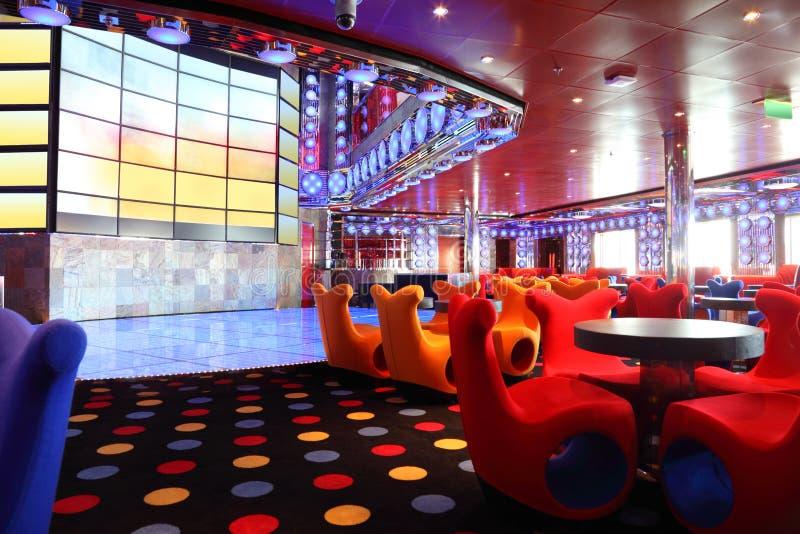 Café com a tela interior e grande brilhante na parede fotos de stock royalty free
