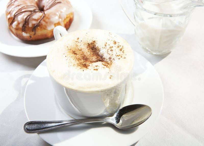 Café con crema de la tapa imágenes de archivo libres de regalías