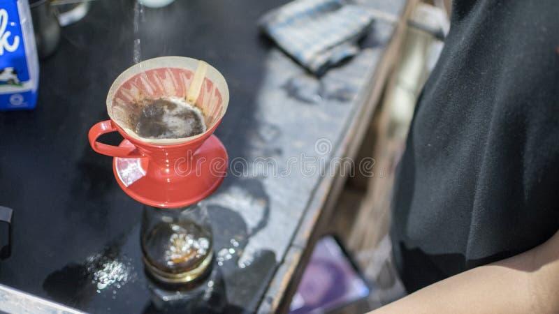 Café con el método v60 fotografía de archivo libre de regalías