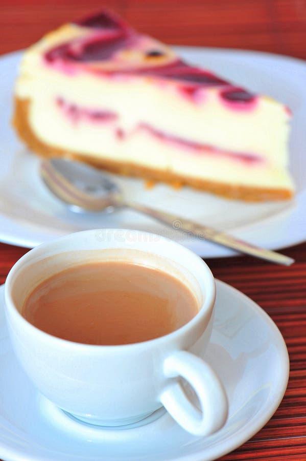 Café con el pastel de queso de la crema de la frambuesa fotos de archivo
