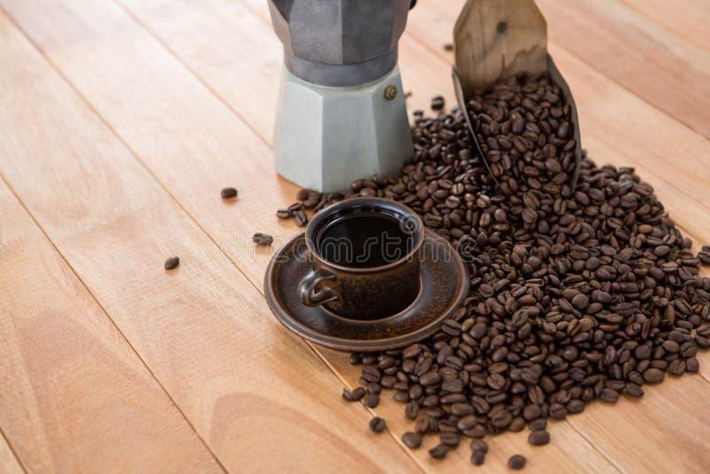 Café con la cafetera y la cucharada fotografía de archivo libre de regalías