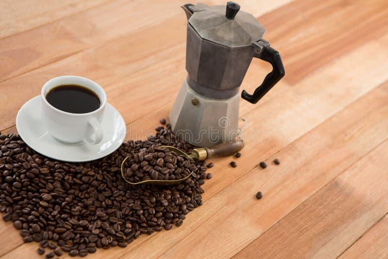 Café con la cafetera y la cucharada foto de archivo libre de regalías