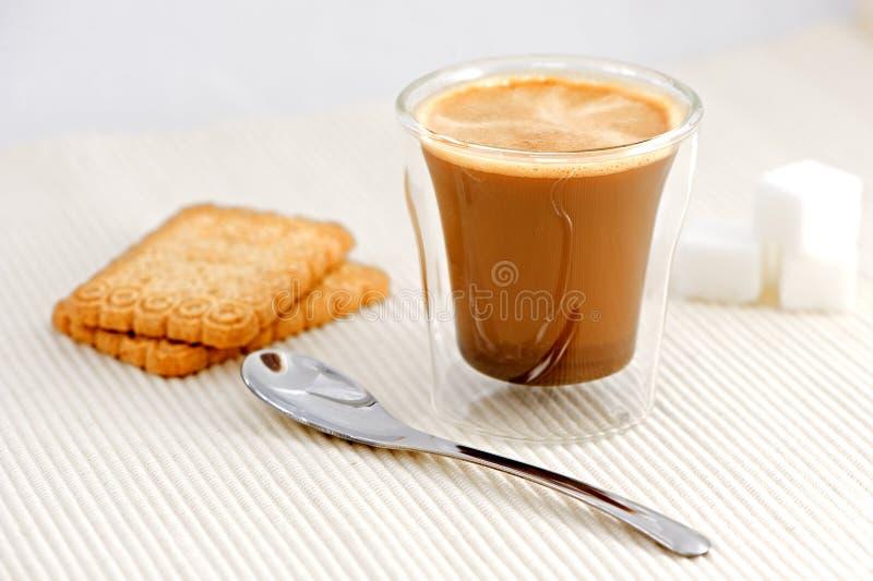 Café con la cuchara y el azúcar fotografía de archivo