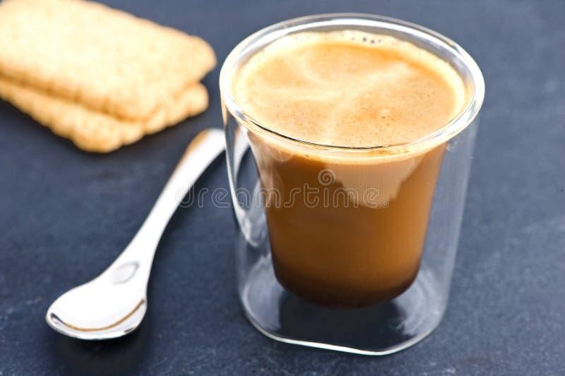 Café con la cuchara y las galletas imagenes de archivo