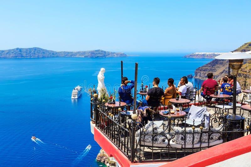 Café con la opinión del mar, Santorini, Grecia imágenes de archivo libres de regalías