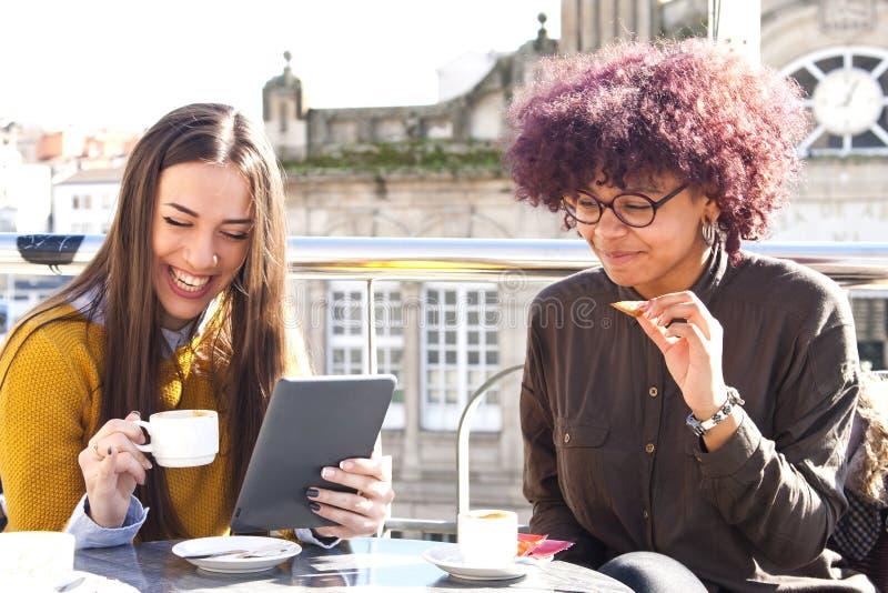 Café con la tableta fotografía de archivo