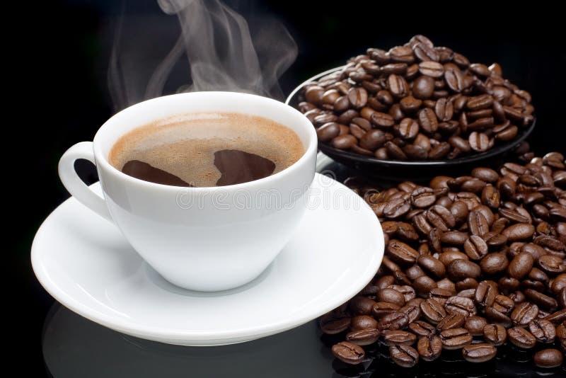 Café con las café-habas imagen de archivo