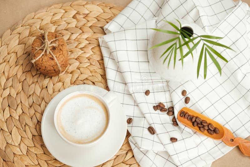 Café con las galletas americanas atadas con guita foto de archivo