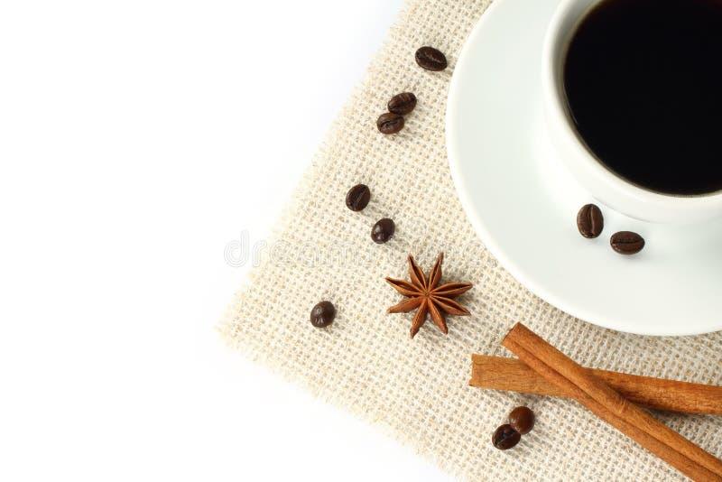 Café con las habas, el canela y el anís foto de archivo