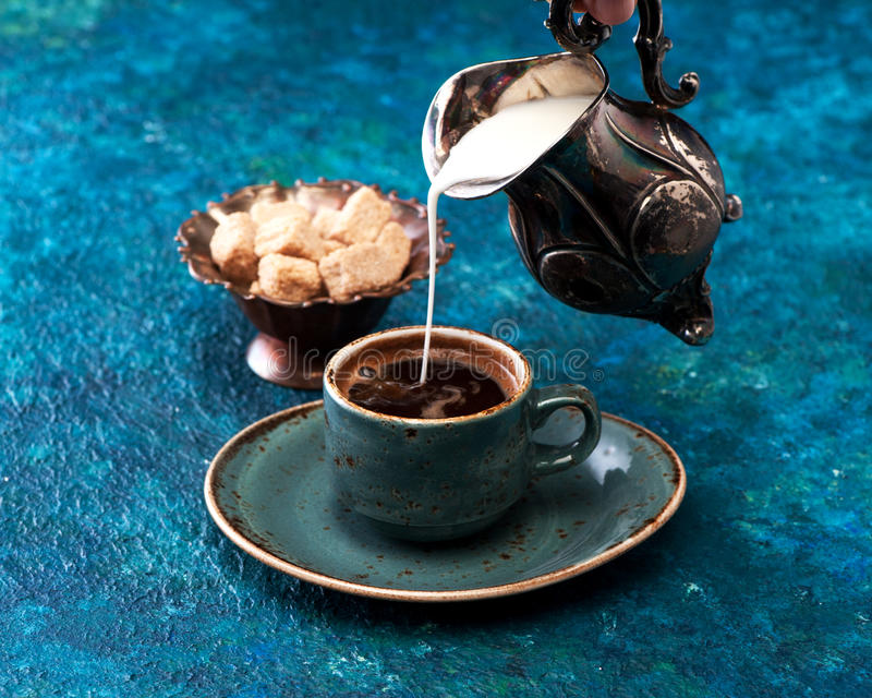 Café con leche en un fondo azul fotografía de archivo libre de regalías