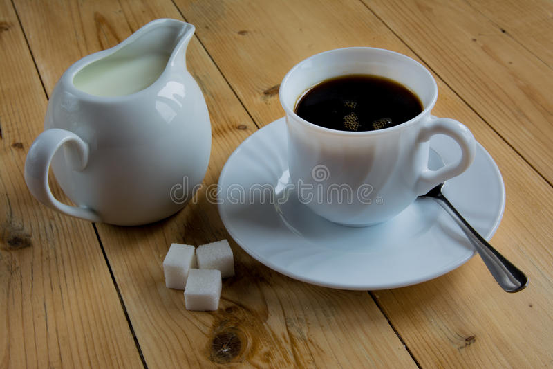 Café con leche en una tabla de madera fotos de archivo libres de regalías