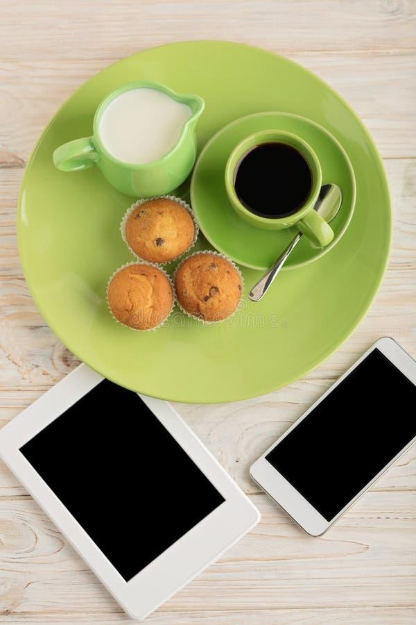 Café con leche, los molletes, el teléfono elegante y el eBook imagen de archivo libre de regalías