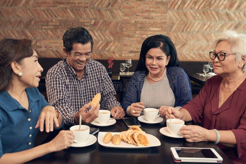 Café con los amigos imagen de archivo libre de regalías
